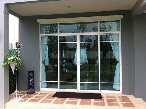 ประตูทางเข้าบ้านตัวอย่าง iPremium บ้าน แจ้งวัฒนะ THE PLANT